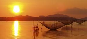 balade en bateau pour admirer le couche du soleil sur la rivière Thu Bon