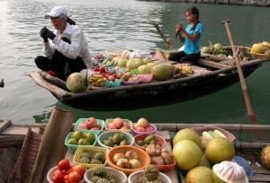 le marche flottant au village Cua Van dans la baie d' Halong