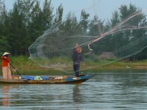 lancer du filet sur la rivière Thu Bon