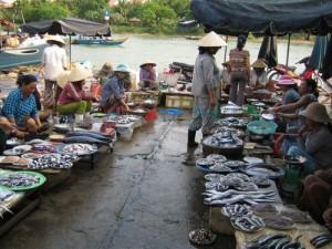 le marche de poisson au bord de la riviere Thu Bon
