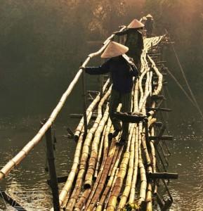 Le pont de bamboo sur la rivirère Thu Bon