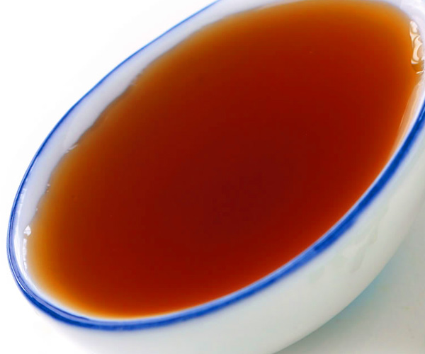 Nuoc Mam, sauce de saumure est ingredient de base de la cuisine vienamienne