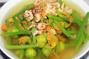 Soupe de la fleur de la citrouille avec dé crevettes